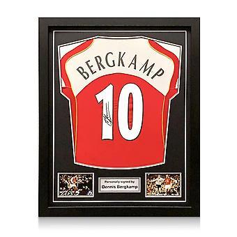 Dennis Bergkamp allekirjoitti Arsenalin 2004-05 kotipaidan. kehystetty