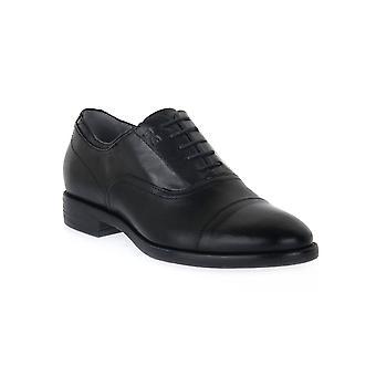 Svarta trädgårdar levanto svarta skor