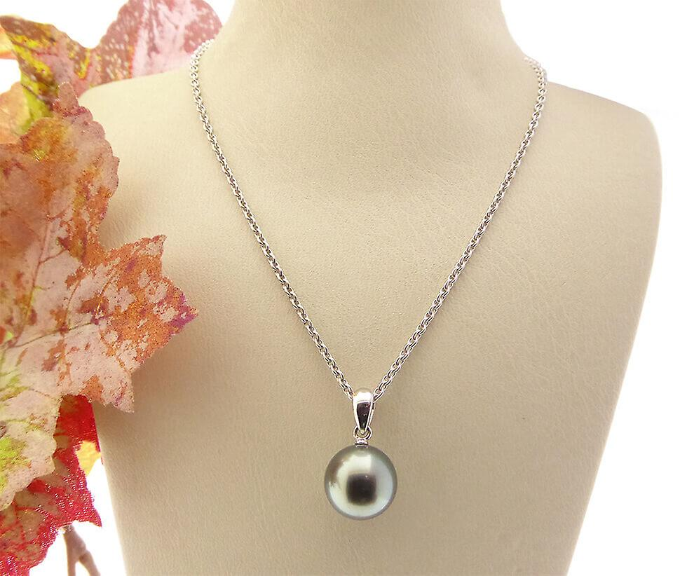 White gold necklace with akoya Pearl
