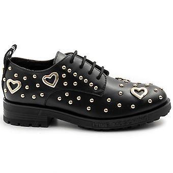 Los zapatos de mujer aman Moschino negro con corazones y pernos