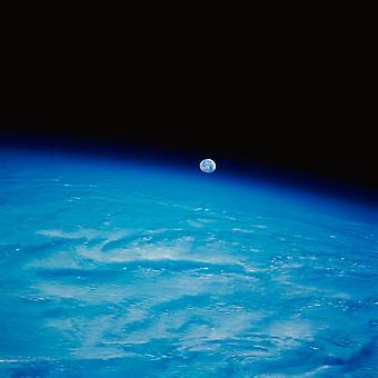 Jorden fra rummet med månen plakat Print af Stocktrek billeder