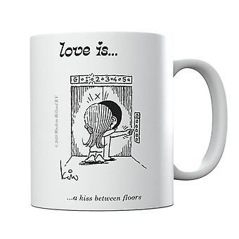El amor es un beso entre pisos taza