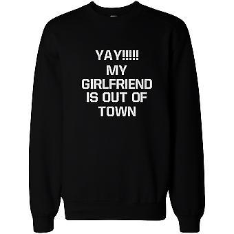 イェーイ私のガール フレンドはのうち町メンズ面白いスウェット プルオーバー フリース セーターです。