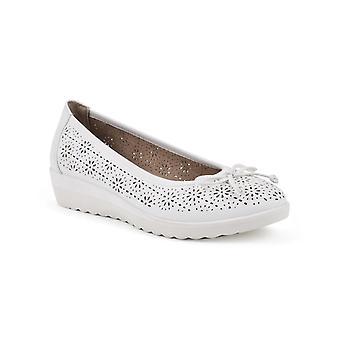 WHITE MOUNTAIN Shoes Surprise Women's Ballet Flat, Offwhite/Smooth, 8.5 M