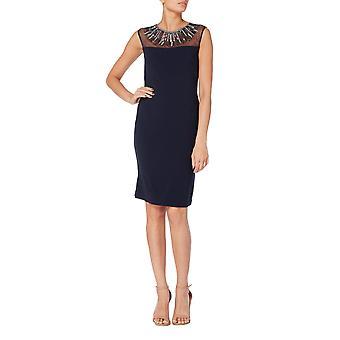 فستان كوكتيل مع خط عنق منمق