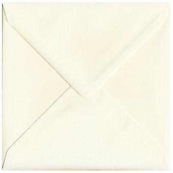 Magnolia crème gegomd 130mm vierkante crème gekleurde enveloppen. 110gsm GF Smith Accent papier. 130 mm x 130 mm. bankier stijl envelop.