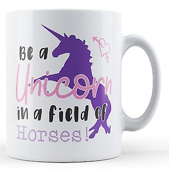 Ser un unicornio en un campo de caballos! -Taza impresa