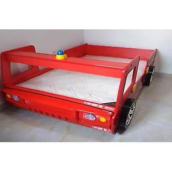 Poika kuin auton muotoinen sänky