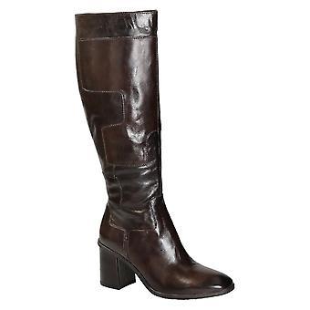 كعب الركبة عالية الأحذية في الجلد البنى الداكن لامعة