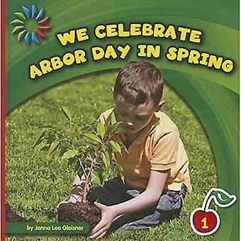 Noi celebriamo Arbor Day in primavera (XXI secolo biblioteca di competenze di base: livello 1)