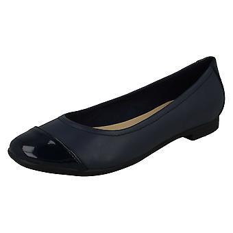 גברות Clarks חכם להחליק על נעליים האובך האטומי