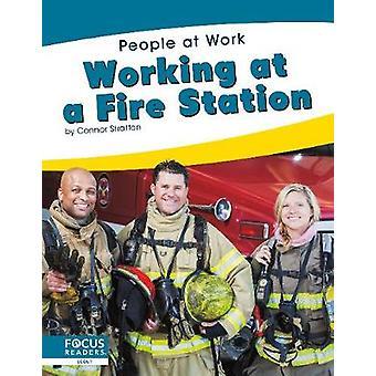 People at Work - Werken in een brandweerkazerne door -Connor Stratton - 9781