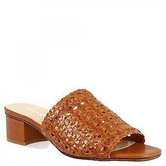 ليوناردو أحذية المرأة اليدوية زلة على الصنادل ذات الكعب المنخفض في تان المنسوجة جلد العجل