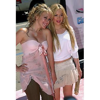 ヘイリーダフと姉ヒラリー ・ ダフ シンデレラの世界初演で話 2004 年 7 月 10 日ロサンゼルス カリフォルニアの有名人で