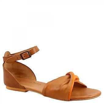 ليوناردو أحذية المرأة & apos الصنادل المسطحة المصنوعة يدويا في جلد الماعز البرتقالي تان مع حزام الكاحل