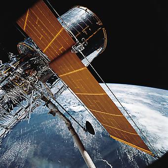 25 april 1990 - The Hubble Space Telescope backdropped door planeet aarde Poster Print