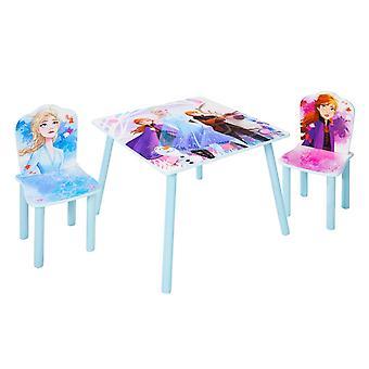 Aseta puinen pöytä kahdella jäädytetyllä tuolilla 2
