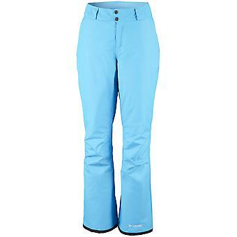 Pantalones de esquí de las señoras de Columbia en la ladera.